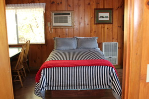 Lakefront Medium One Bedroom Cabins Photo 4